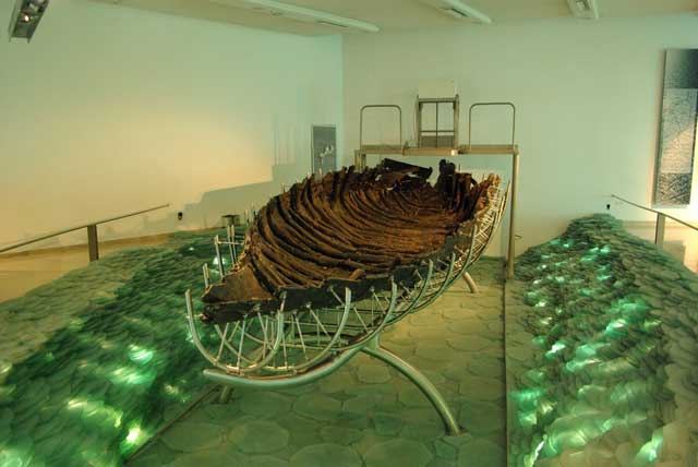 antiguo barco encontrado en el Mar de Galilea