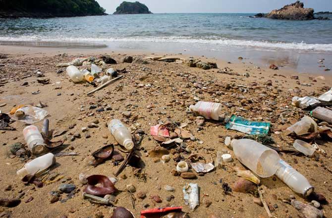 basura plástica en la playa
