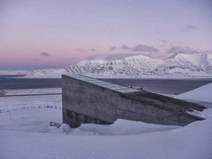 Bóveda Global de Semillas de Svalbard al atardecer