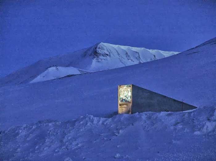 Bóveda Global de Semillas de Svalbard por la noche