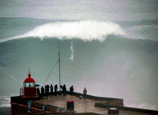 Carlos Burle surfea ola gigante en Nazaré, Portugal