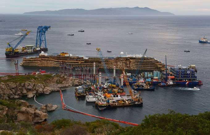 El crucero Costa Concordia reflotado
