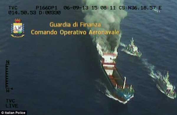 el  carguero Gold Star incendiado por narcotraficantes
