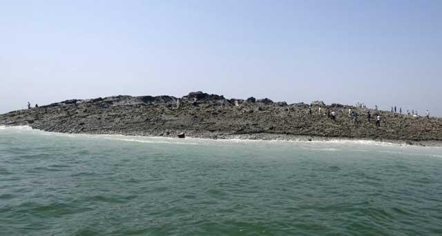 primer plano de la nueva isla tras el terremoto de Pakistán