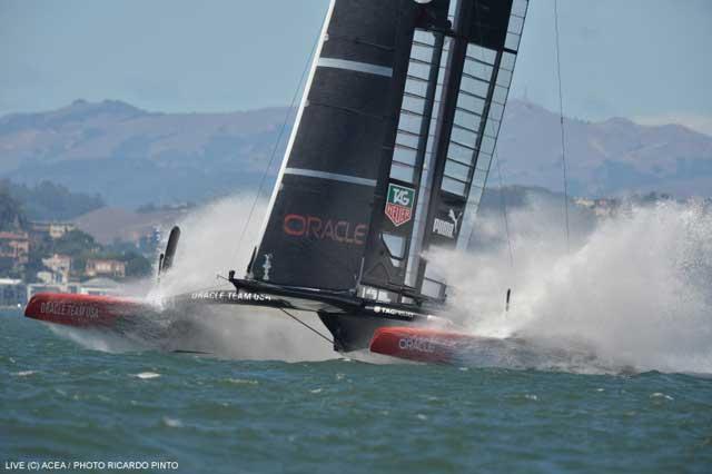 catamarán del Oracle Team USA