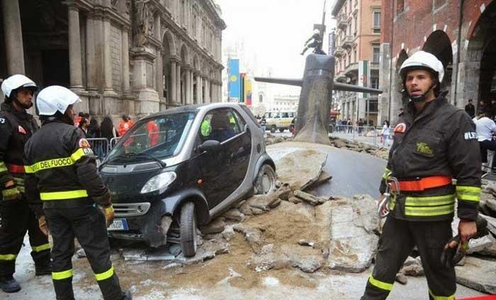 Submarino emerge debajo de una calle de Milán