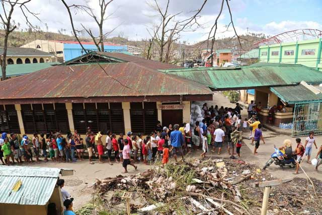 afectados por el tifón Haiyan, Filipinas, cola para alimentos