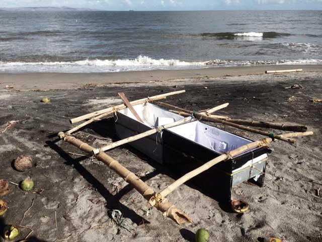 barco de pesca hecho de una nevera en Filipinas
