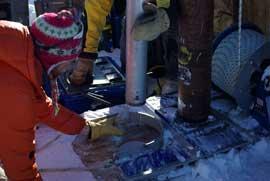 goteo de agua tras la perforación de Forster en el acuífero de Groenlandia