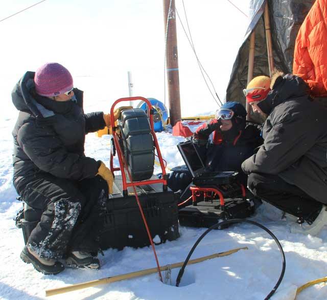 Lora Koenig graba un vídeo en el acuífero de Groenlandia