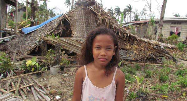 niña filipina afectada por el tifón Haiyan