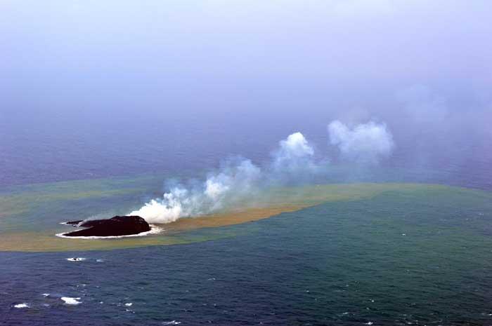 nacimiento nueva isla en Nishinoshima 2013-11-26