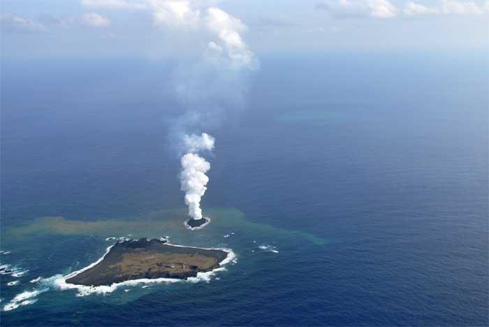 Erupción volcánica submarina forma nueva isla en Japón