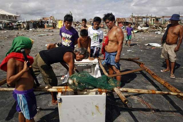 pescadores en barco hecho de una nevera en Filipinas