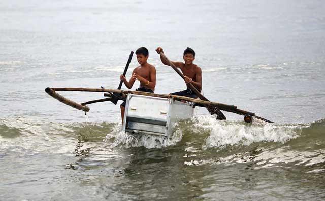 pescadores filipinos construyen barcos con neveras