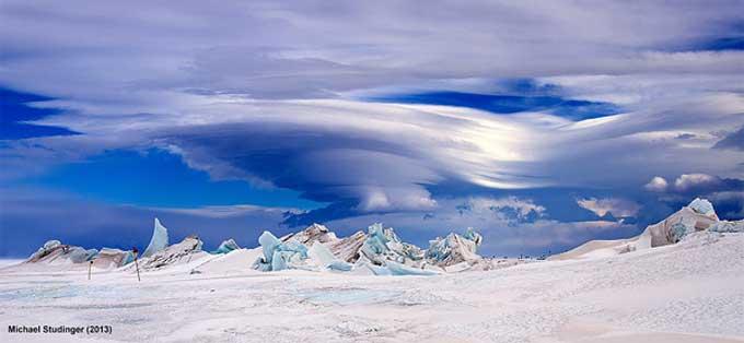 placas de hielo y nubes en la Antártida