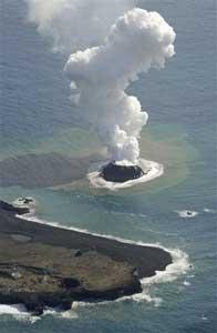 nueva isla en el volcán Nnishino-shima, Japón