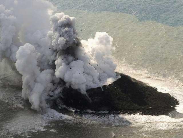 nueva isla en el volcán Nishino-shima, Japón