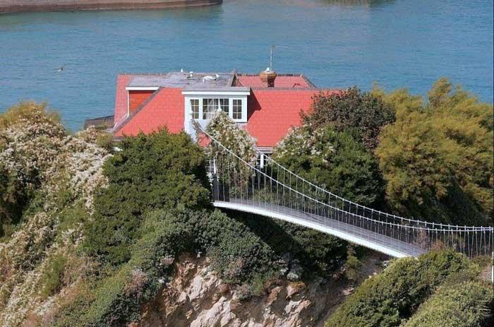 La casa en el mar, isla de Towan - puente colgante