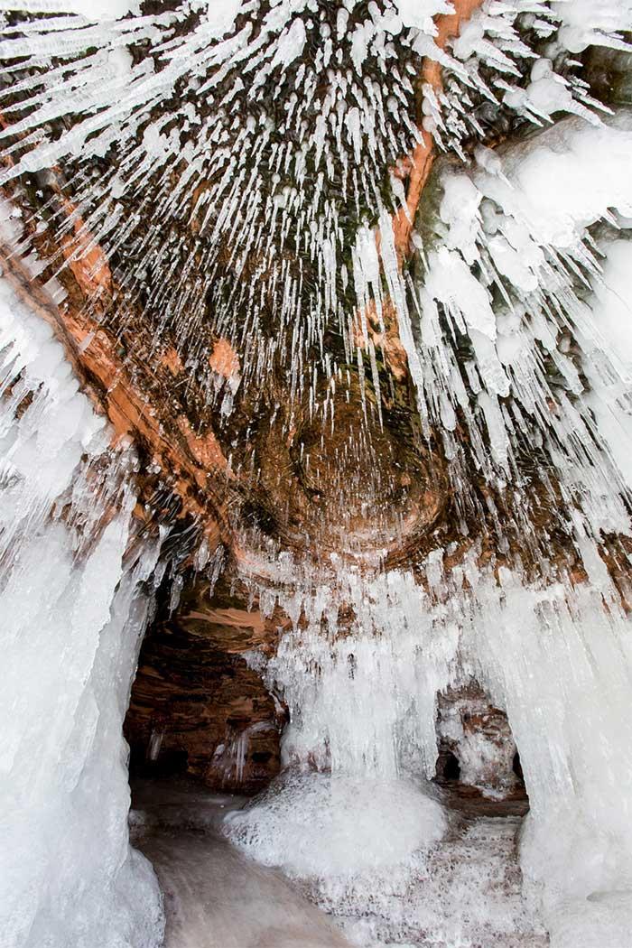 cueva de hielo y estalactitas en el Lago Superior