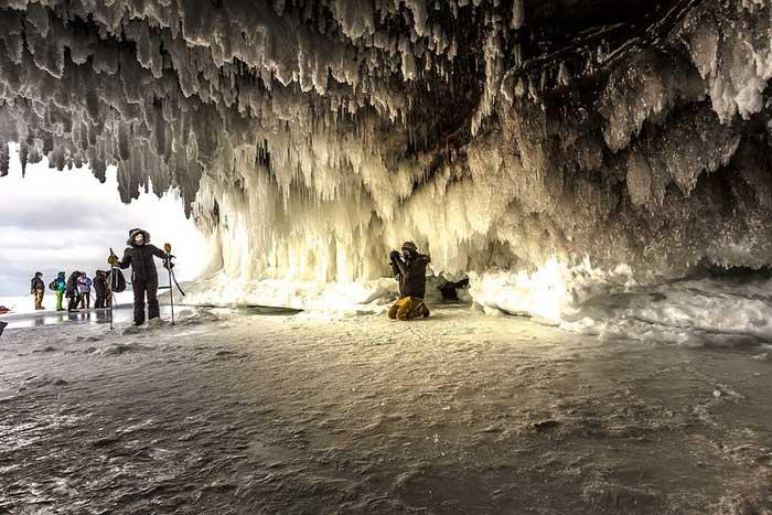cueva de hielo en el Lago Superior