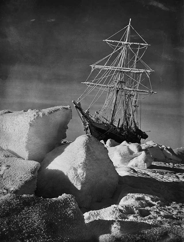 El Endurance atrapado en hielo en el Mar de Weddell