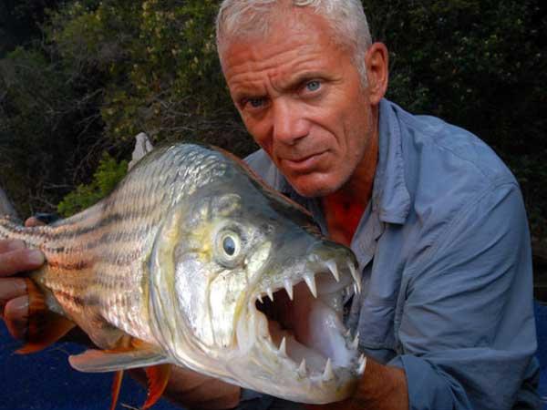 Jeremy Wade con un pez tigre