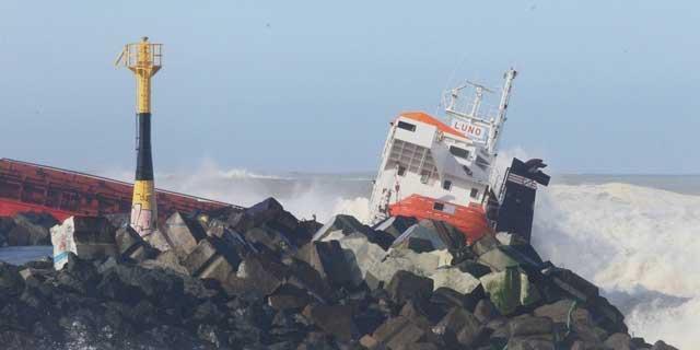 el arguero español Luno embarrancado en la costa de Anglet, Francia