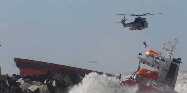 rescate del carguero Luno embarrancado en la costa de Anglet, Francia