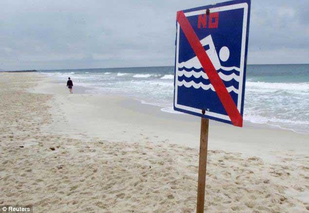 señal de prohibido el baño por tiburones