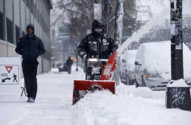 tormenta de nieve en Estados Unidos, despejando la acera