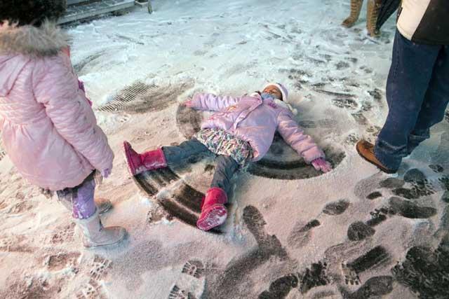 tormenta de nieve en Estados Unidos, niña jugando