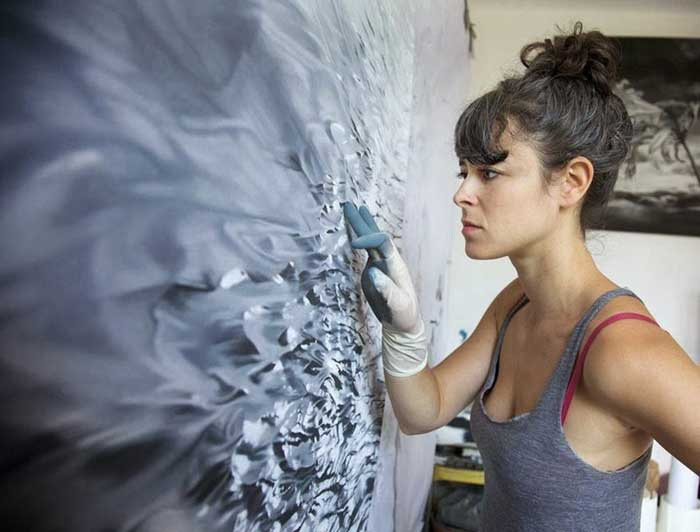 Zaria Forman pinta iceberg con los dedos