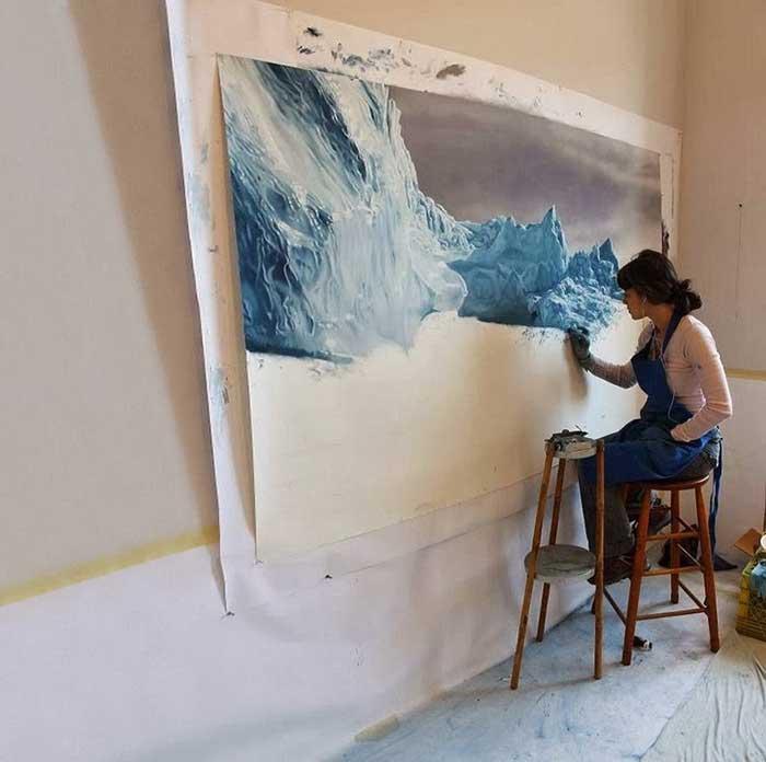 Zaria Forman pinta con los dedos un iceberg
