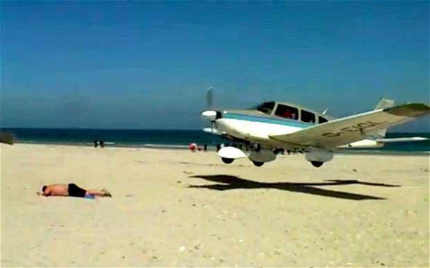 Avión casi aterriza encima de un bañista en playa alemana