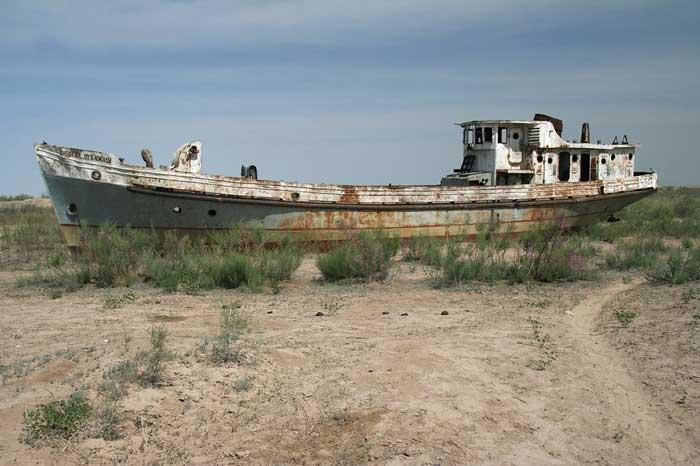 barco abandonado en el Mar de Aral