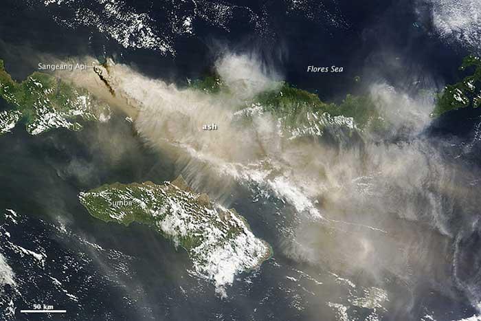erupción del volcán Sangeang Api, Indonesia, desde satélite