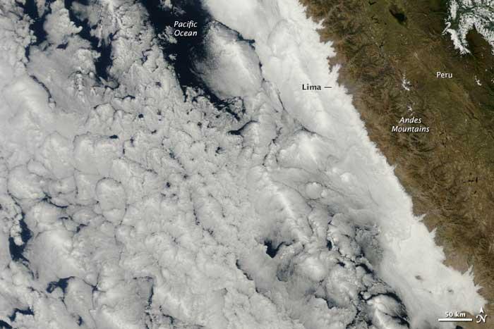 Nubes en el mar frente a Perú