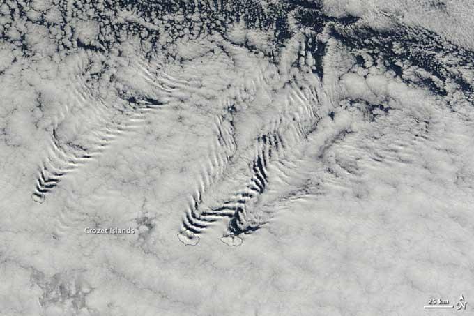 Nubes en forma de ola de barco detrás de las islas Crozet