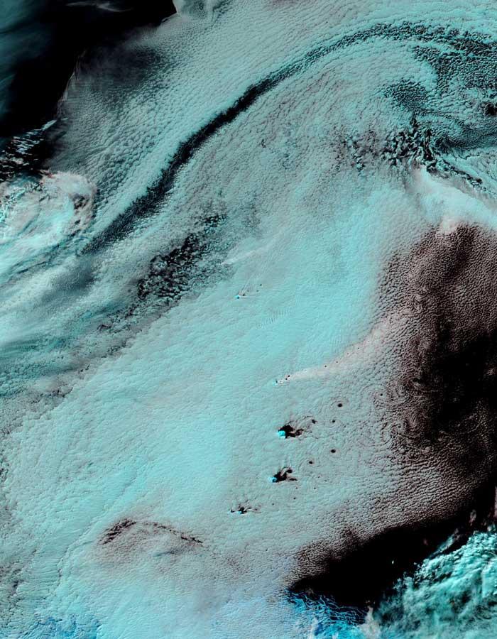 Pluma volcánica sobre el Océano Atlántico revelada por imagen en falso color