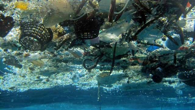basura plástica en el océano