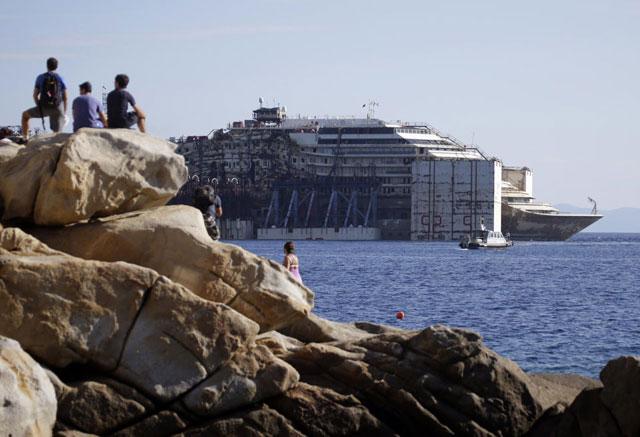 El Costa Concordia parte de la isla de Giglio