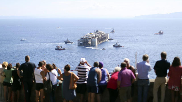 El crucero Costa Concordia remolcado sale de Giglio