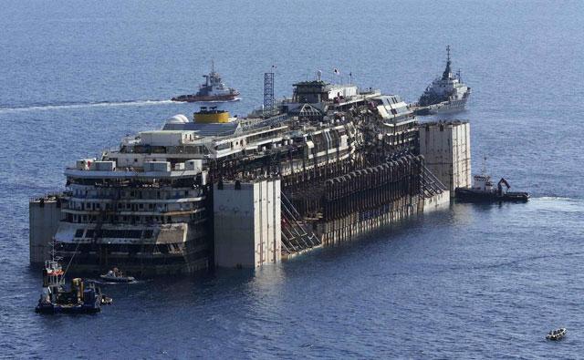 El crucero Costa Concordia sale de la isla de Giglio