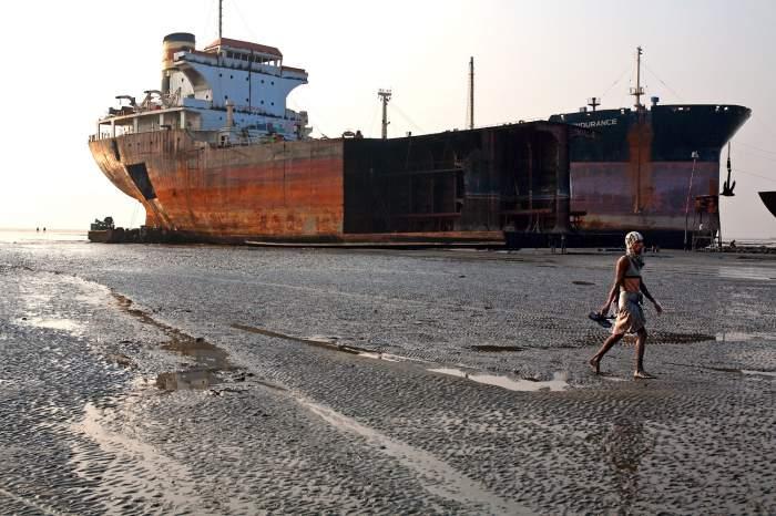 desguace de un barco en una playa de Bangladesh