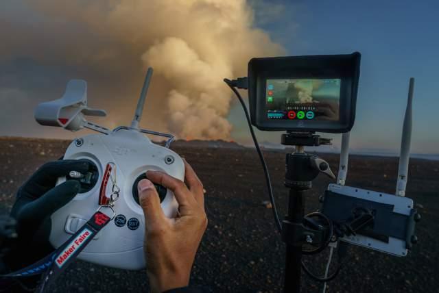 dirigiendo un drone sobre un volcán en Islandia