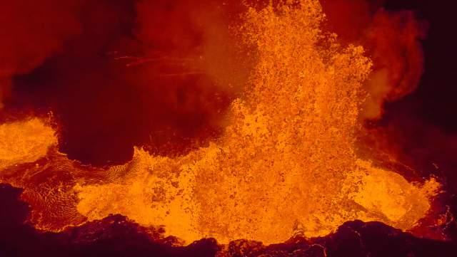 lava filmada por un drone de un volcán en Islandia
