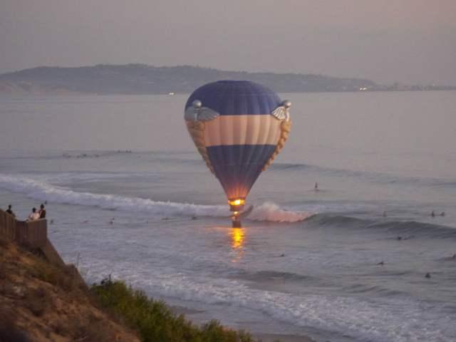 globo se estre en el mar durante propuesta de matrimonio
