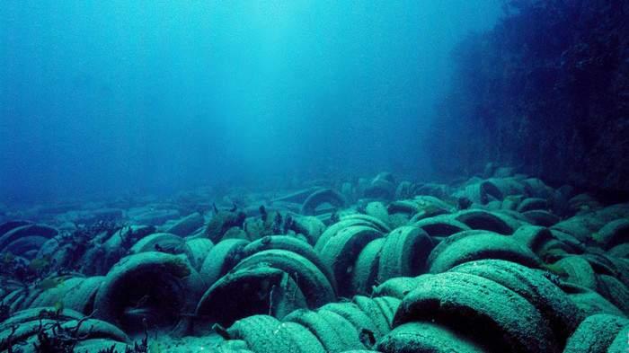 llantas de coche en el fondo del océano