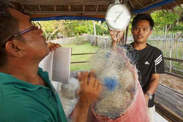 pesado de redes en el Banco de Danajon, Filipinas